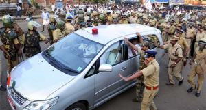 oomen-chandy-car-stone-pelting-police-PTI-630